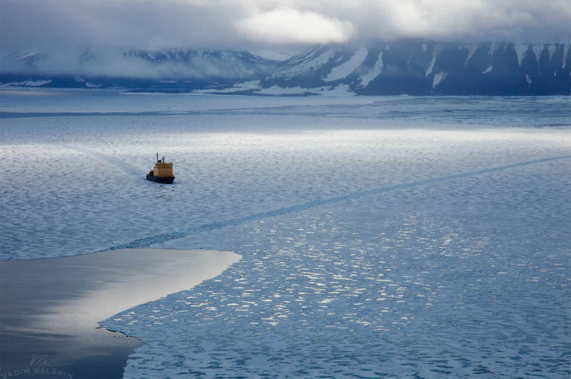 icebreaker-in-the-ice-of-the-arctic-ocean