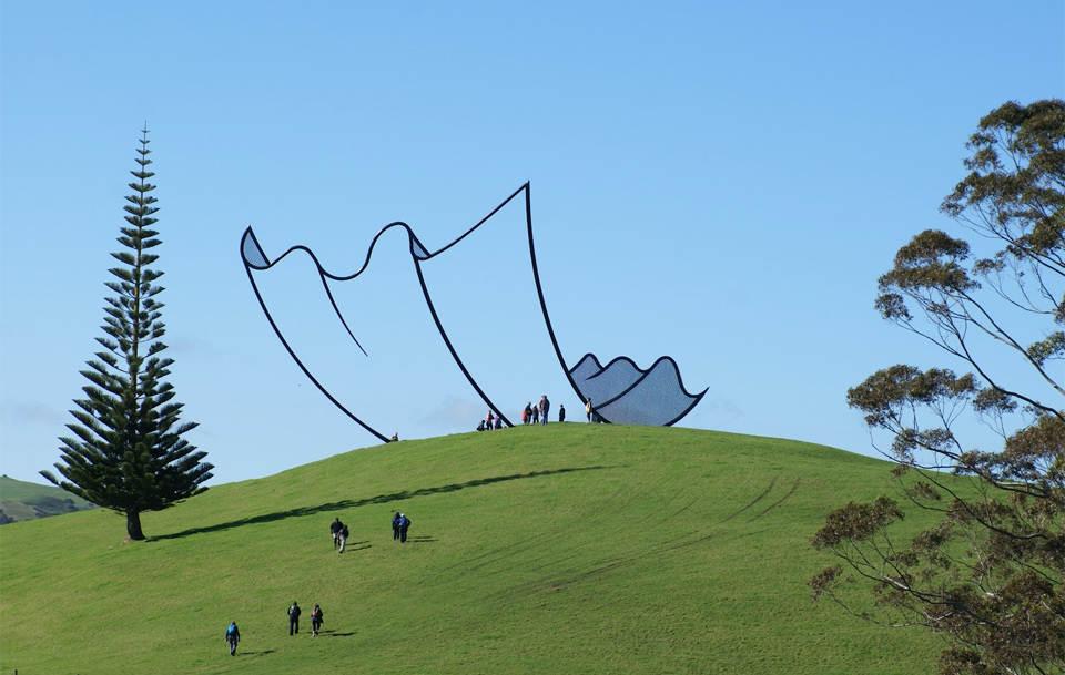 Скульптура, выглядящая как элемент из мультфильма Новая Зеландия