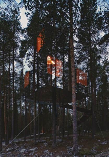 Зеркальный домик на дереве в Швеции, созданный творческой командой Tham & Videgård Arkitekter