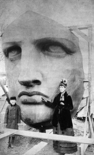 Фотография распаковки головы Статуи Свободы, 1885 год