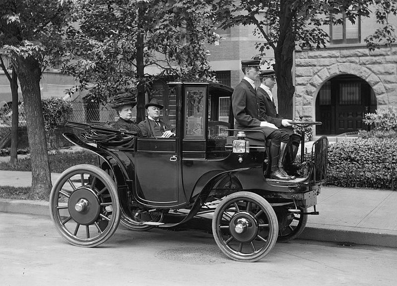Фотография сенатора Джорджа П. Уэтмора в электромобиле, 1906 год
