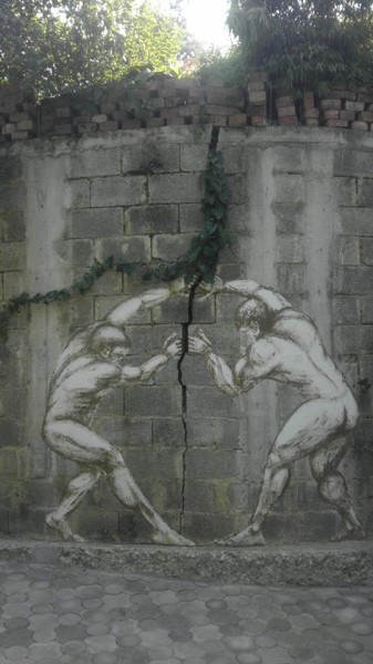 Креативно декорированная трещина в стене