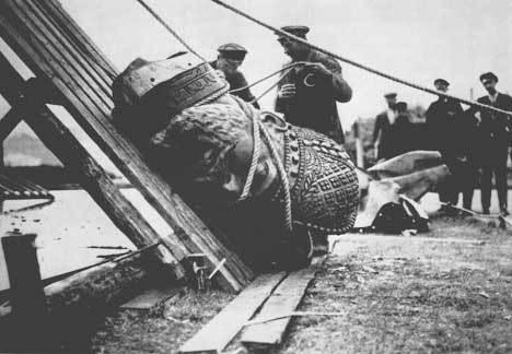 Фотография оторванной головы памятника Александру III в Москве во время его разрушения, 1918 год
