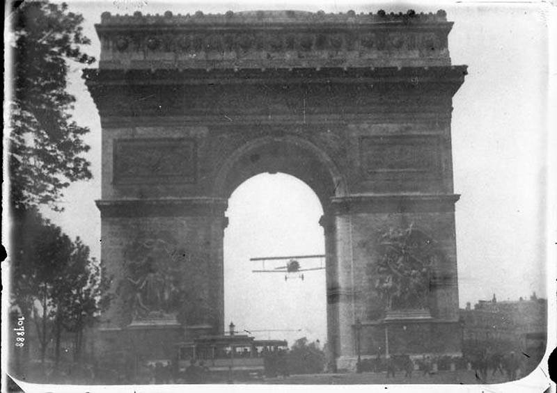 Фотография Жака Мортане (Jacques Mortane) «Чарльз Годфруа летит через Триумфальную арку», 1919 год