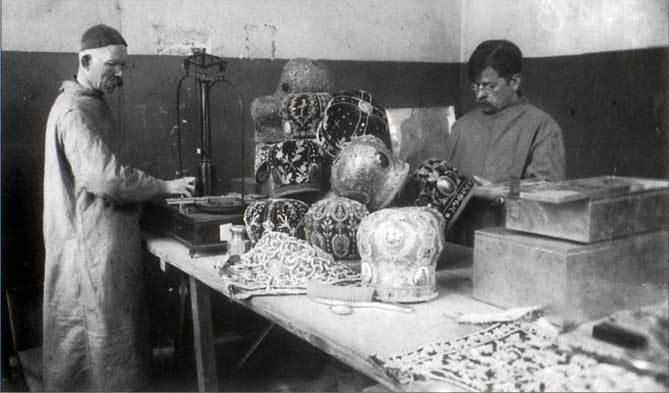 Фотография конфискации митр, 1921 год