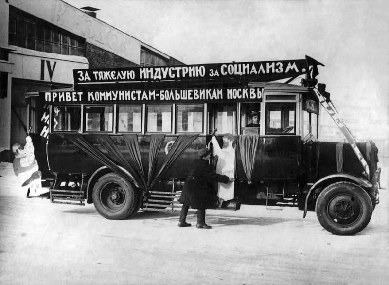 Фотография первого автобуса Москвы, рейсового назначения, 1924 год