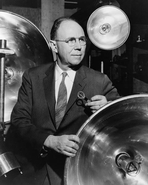 Фотография Гарольда Эджертона, среди своих изобретений, 1931 год