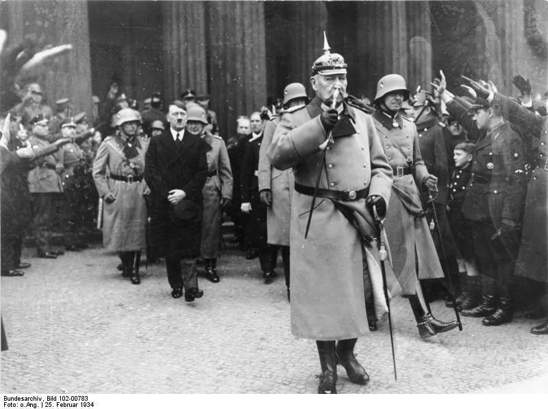 Фотография Гитлера и Гинденбурга в День памяти 25 февраля в Берлине, 1934 год