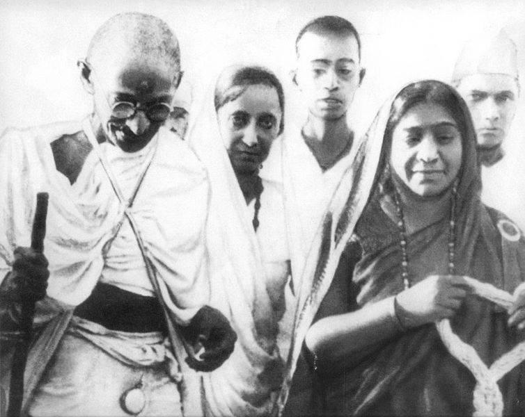 Фотография Махатма Ганди, участвующего в Соляном походе, 1930 год