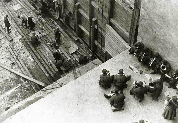 Фотография строительства Беломорканала, под звуки оркестра, 1933 год