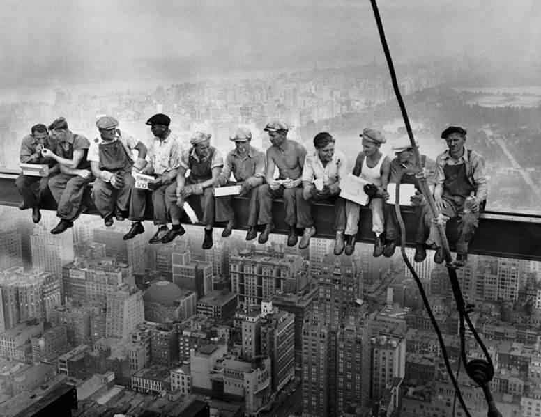 ФотографияЧарльза Клайда Эббетсома «Обед на вершине небоскрёба», 1932 год