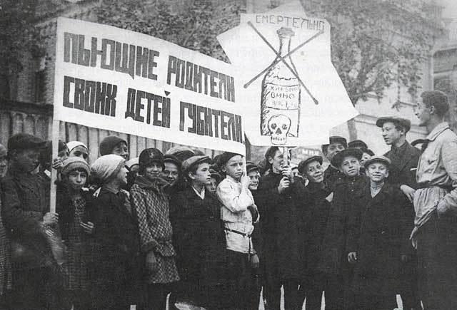 Историческая фотография детей, участвующих в антиалкогольной демонстрации, 1928 год