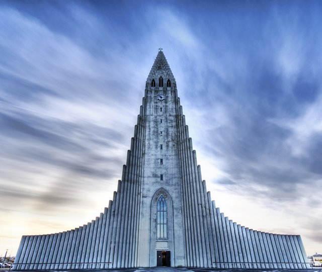Огромная лютеранская церковь Халлгримура в Рейкьявике, Исландия, имеет высоту около 75 метров. Строительство церкви продолжалось в течении 38 лет под руководством архитектора Guðjón Samuelssondesign.