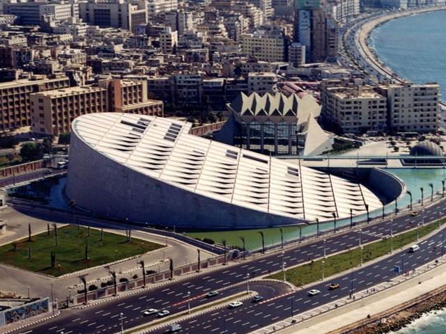 Александрийская библиотека в Египте представляет собой комплекс музеев, галерей и институтов. Ежегодно библиотеку посещает свыше 800000 человек