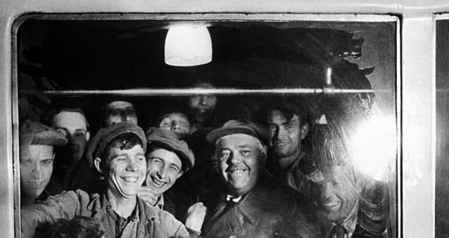Фотография первых пассажиров Московского метро, 1935