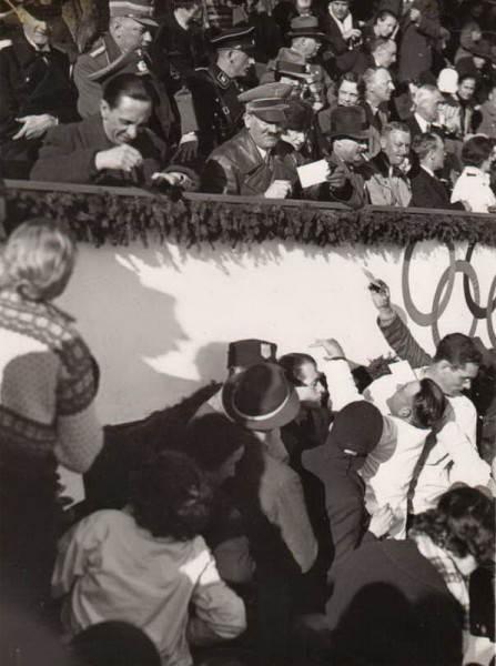 Фотография Гитлера и Геббельса, раздающие автографы на Олимпийских играх 1936