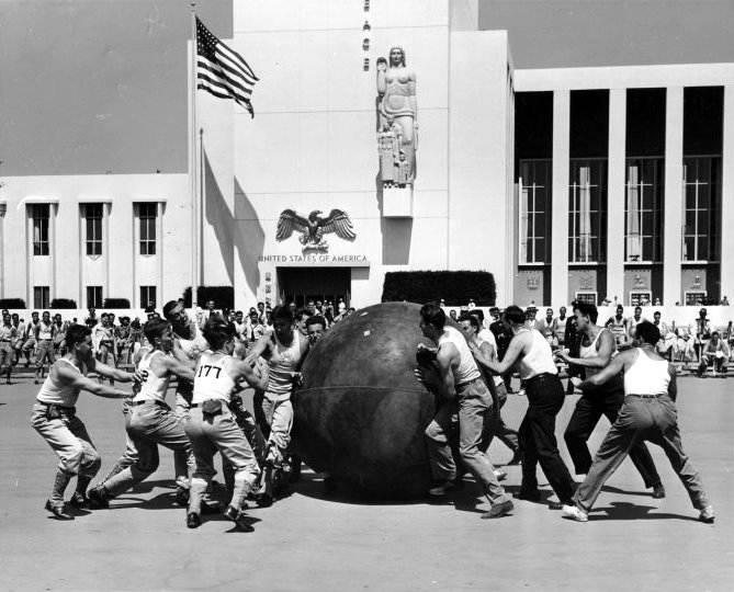 Фотография игры толкание мяча, между полицейскими и пожарными на Всемирной в Нью-Йорке, 1939 год