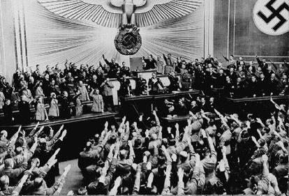 Фотография того, как Гитлер сообщает депутатам Рейхстага об Аншлюсе Австрии, 1938 год