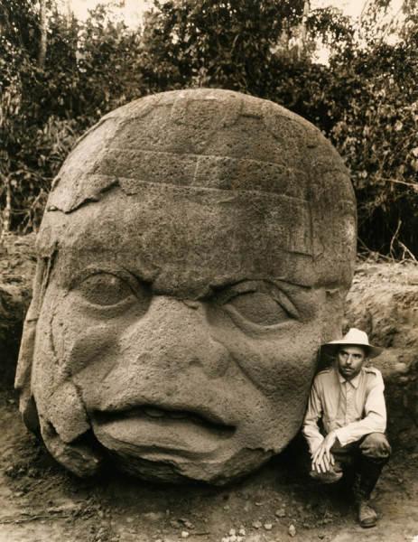 Фотография Ричарда Стюарта, огромной каменной головы периода ольмекской цивилизации в Мексике, 1938 год