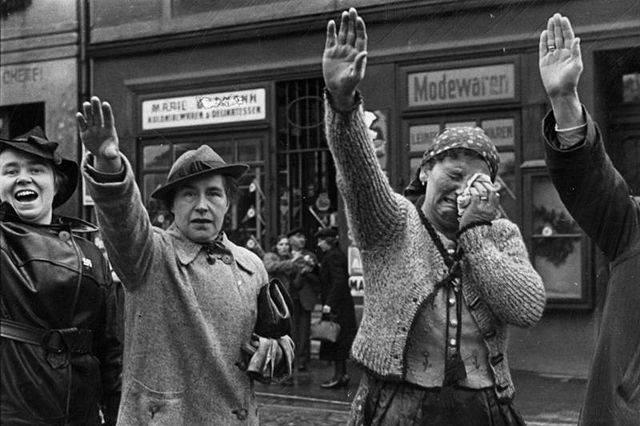 Фотография плачущей Чехословацкой женщины, приветствующей Гитлера, 1938 год