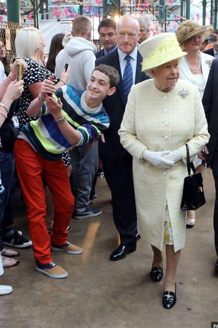 Момент создания селфи с королевой Елизаветой II