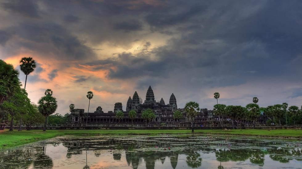 Ангкор-Ват – это знаменитый храмовый комплекс в Камбодже, самый большой религиозный памятник в мире, расположен в невероятно живописных болотистых местах  тропиков. Изначально, храм строился как индуистский, но позже стал буддистским.