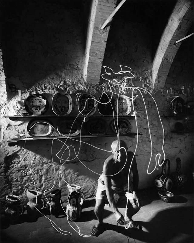 Фотография Пабло Пикассо, который фонариком рисует кентавра в воздухе, 1949 год
