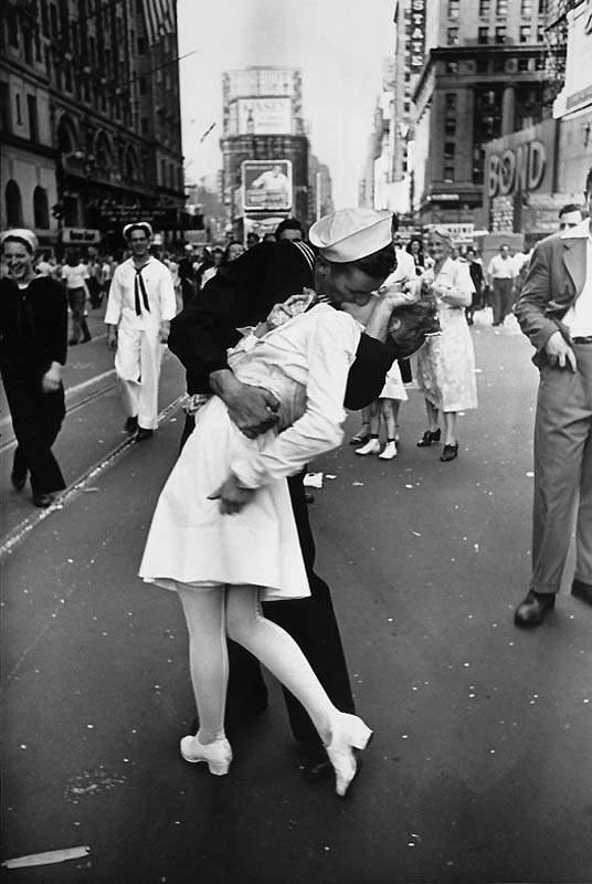 Историческая фотография Альфреда Эйзенштадта «День Победы над Японией на Таймс-сквер», 1945 год