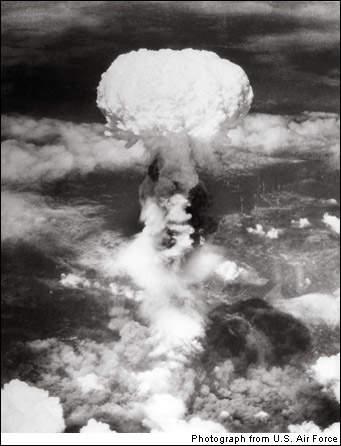 Историческая фотография атомной бомбардировки японского города Нагасаки, сделанная ВВС США, 1945 год