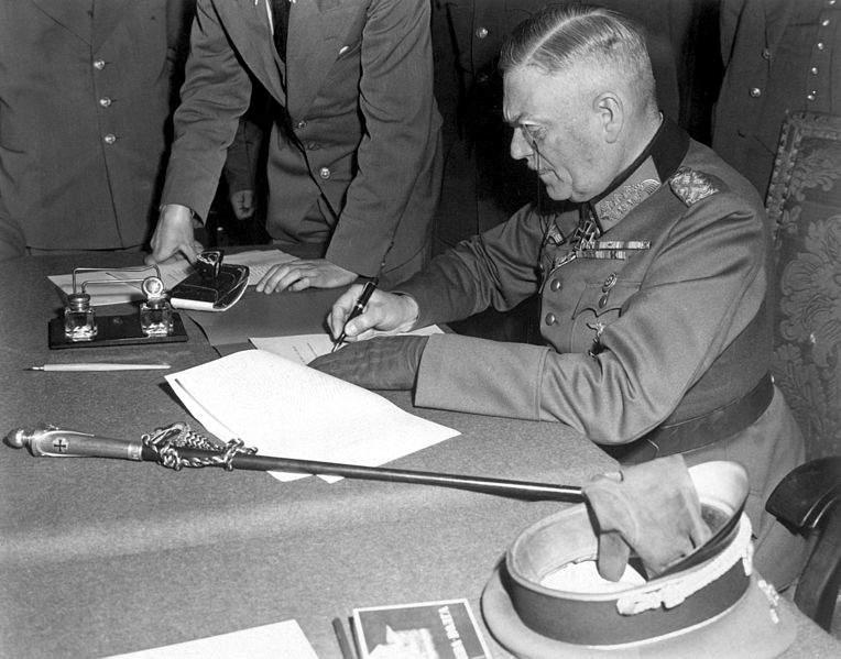 Историческая фотография подписания Акта о безоговорочной капитуляции Германских вооруженных сил, Вильгельмом Кейтелем, 1945 год
