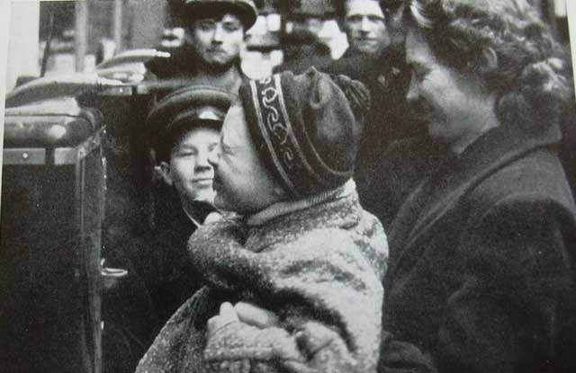 История в фотографиях 1950-1953 Фотография аппарата для продажи духов, 1950 год