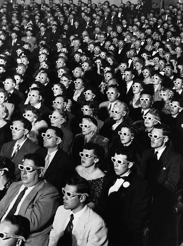 История в фотографиях (1950-1953) Фотография зрителей, принявших участие в первом сеансе 3-D фильма, 1952 год