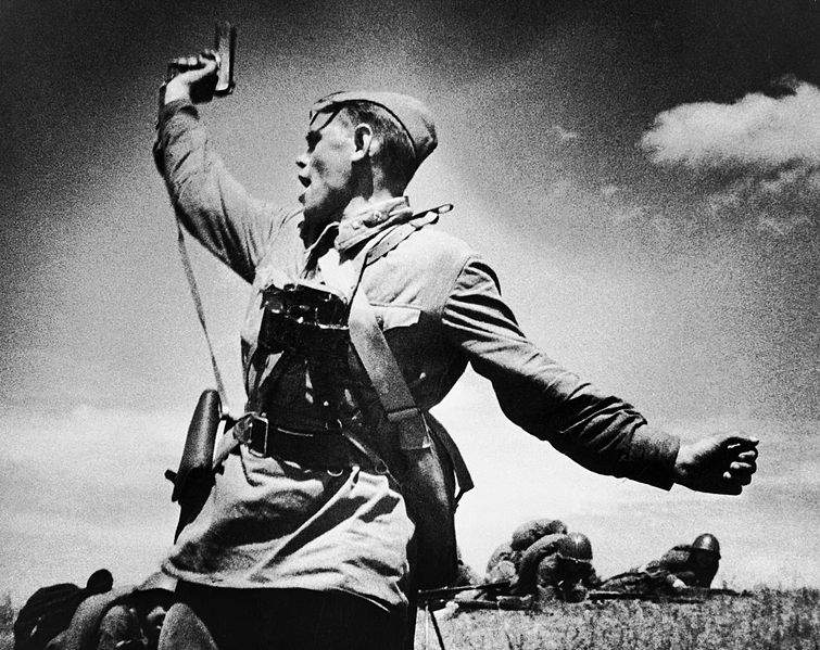 История в фотографиях Фотография Альперта М В Комбат 1942 год