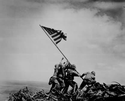 История в фотографиях Фотография Джо Розенталя «Поднятие флага над Иводзимой», 1945 год