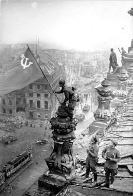 История в фотографиях Фотография Евгения Ананьевича Халдея «Знамя Победы над Рейхстагом», 1945 год