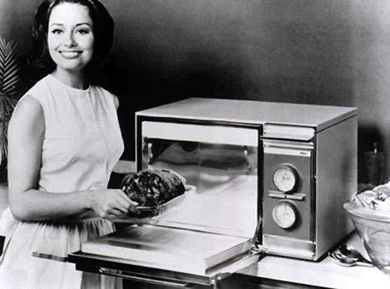 Рекламная фотография первой микроволновой печи, 1947 год