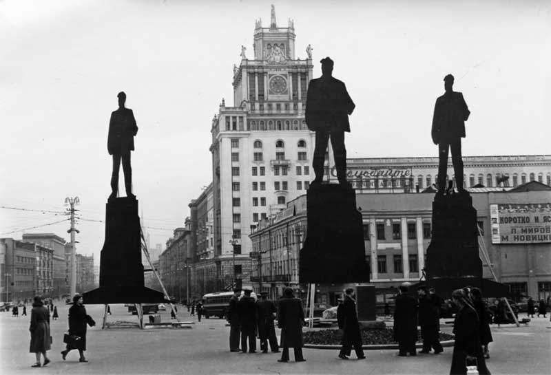 История в фотографиях (1954 - 1957) Фотография выбора места под памятник Владимиру Маяковскому в Москве, 1956 год