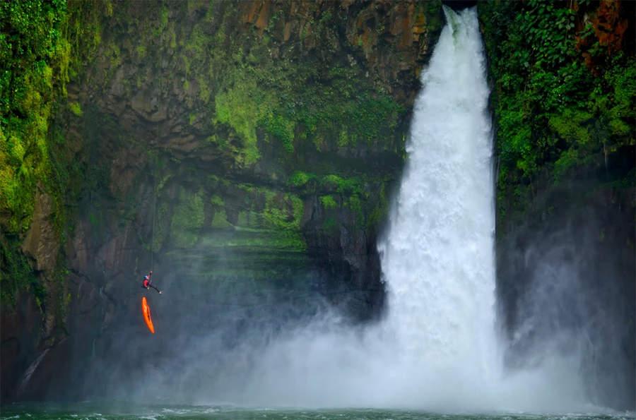 прыжок без страховки возле водопада