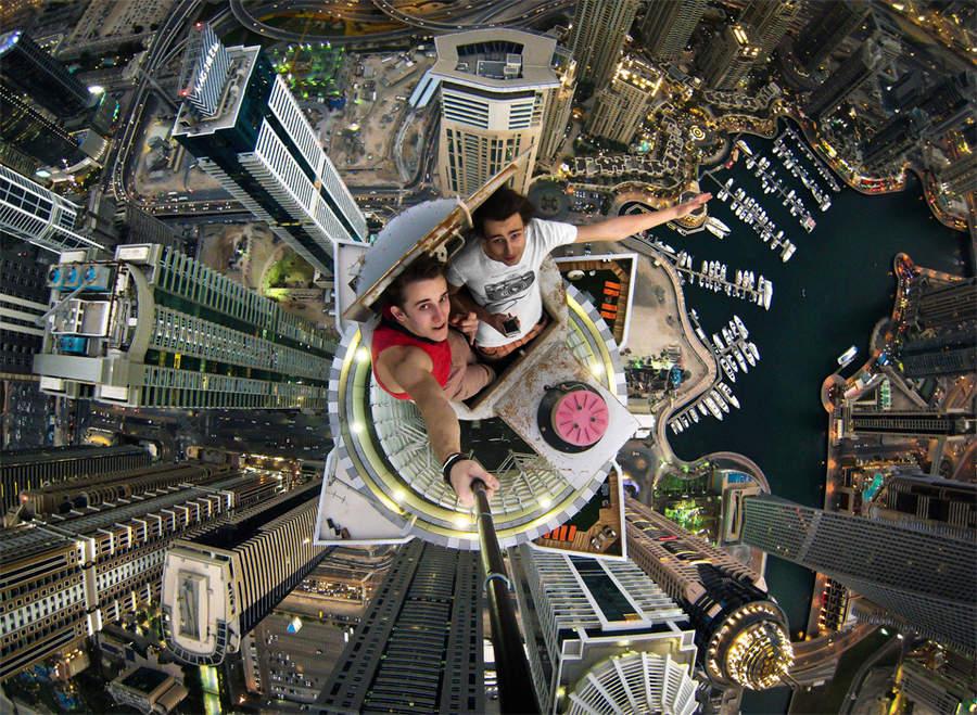 Александр Ремнев на вершине небоскреба