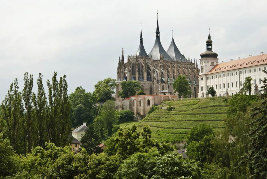 К востоку от Праги находится Кутна Гора, небольшой город, где можно исследовать старые шахты и замки.