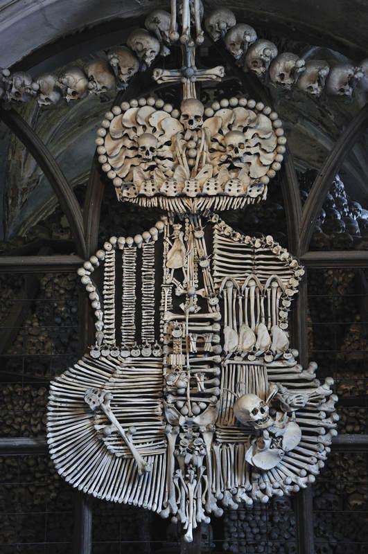 Люстра из костей и черепов в склепе Седлец (Kostnice), Кутна Гора.