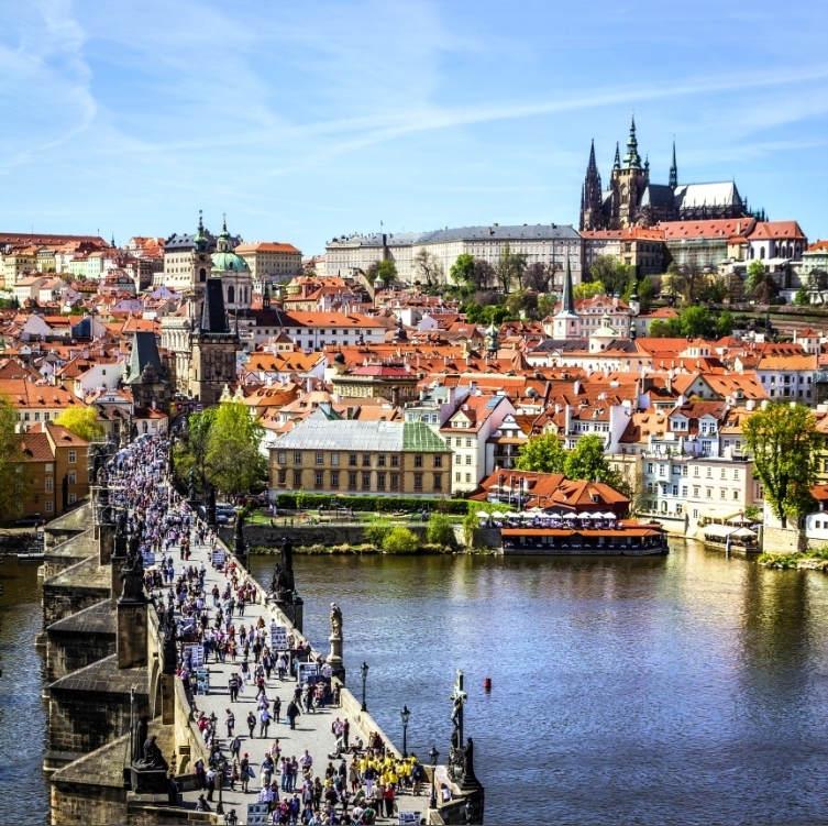 Целый день в Праге можно потратить только на то, что бы путешествовать по мостам, пересекающим реку Влтаву