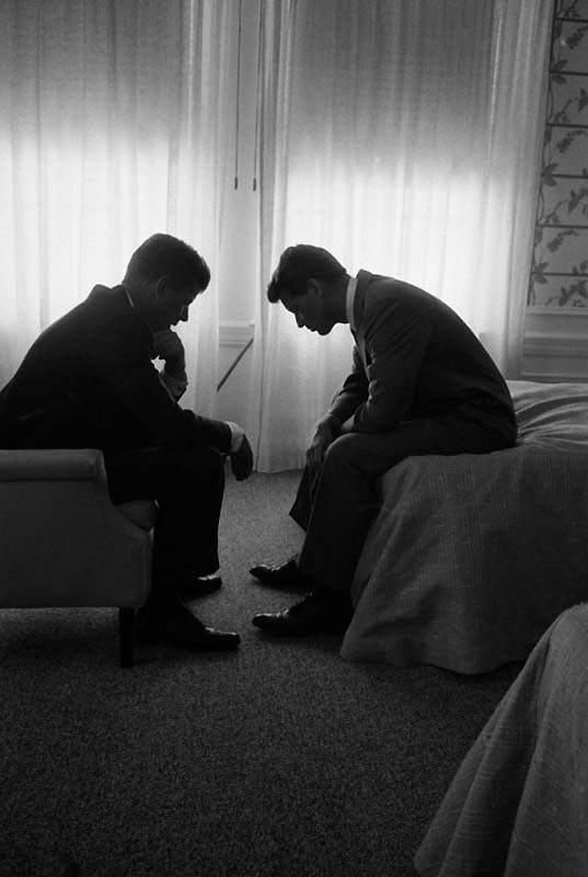 Фотография Джона Кеннеди и его брат Бобби в номере отеля в Лос-Анджелесе перед съездом Демократической партии, 1960