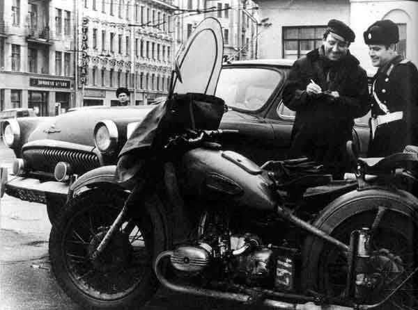 Фотография сотрудник ГАИ останавливает Юрия Никулина, 1960