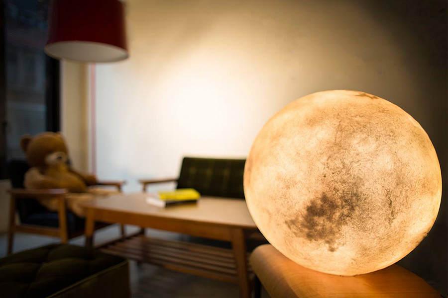 Светильник в виде луны от Acorn Studio