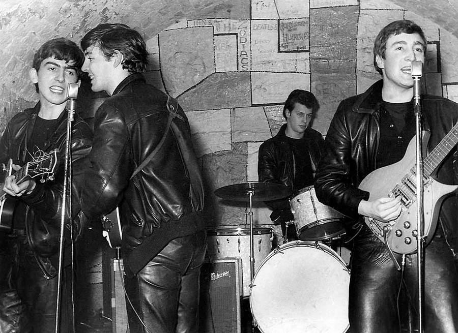 История в фотографиях (1961-1962) Фотография группы «The Beatles» в клубе Cavern Club, Ливерпуль, 1961 год