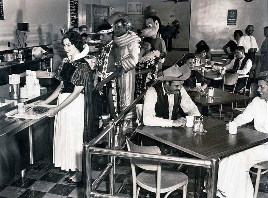 История в фотографиях (1961-1962) Фотография ка работников Диснейленда, 1961 год