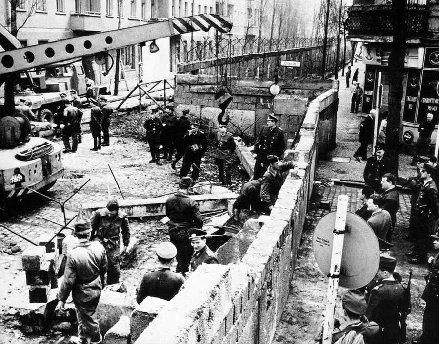 История в фотографиях (1961-1962) Фотография строительства Берлинской стены, 1961 год