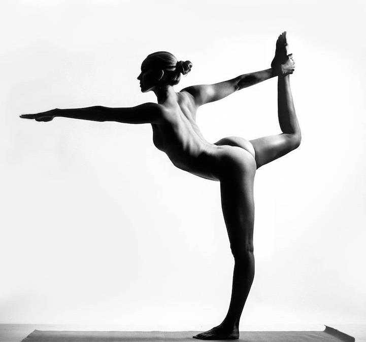 Обнаженная девушка — йог